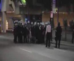 Полицейские позируют с задержанным демонстрантом (997.542 KB)