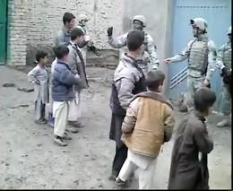 Солдаты веселят детей (3.092 MB)