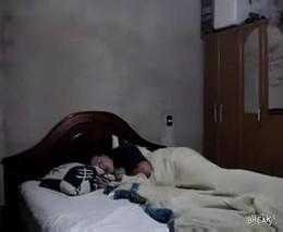 Напугала спящего парня (1.646 MB)