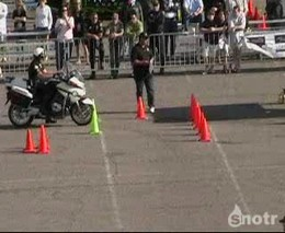 Полицейский круто ездит на мотоцикле (3.167 MB)