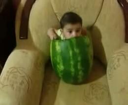 Малыш ест арбуз (1.190 MB)
