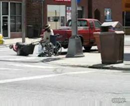 Прикольный способ передвижения на инвалидной коляске (1.283 MB)