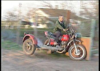 Мотоцикл и забор (1.074 MB)
