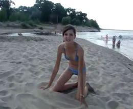 Смешная девочка поет на пляже (2.165 MB)