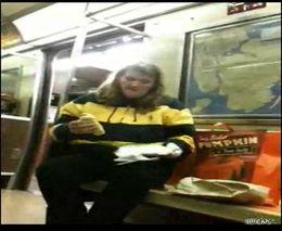 Сонная женщина и хот-дог (3.223 MB)