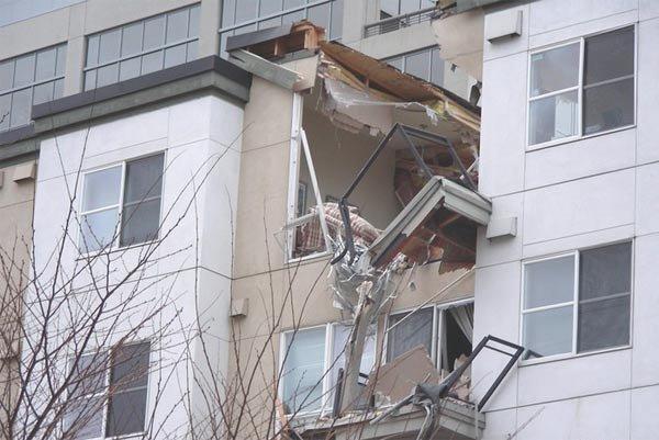 Кран упал на дом (4 фото)
