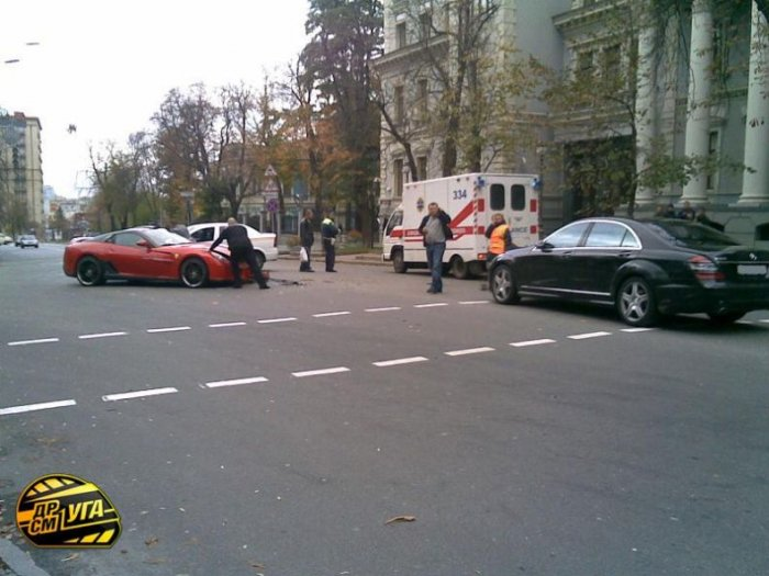 Феррари поцеловал Шкоду (14 фото)