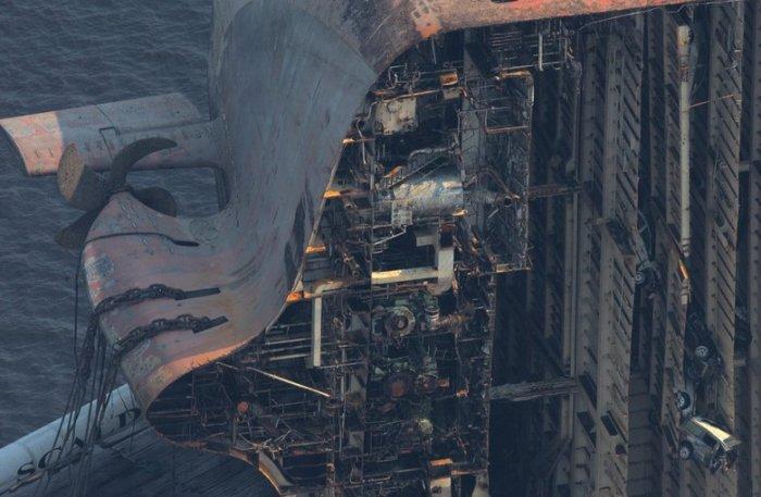 Корабль разорвало пополам (7 фото)