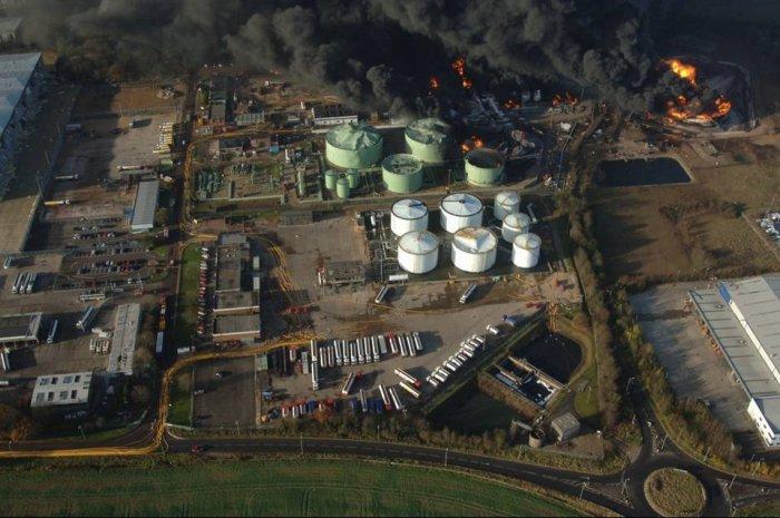 Пожар на нефтехранилище (15 фото)