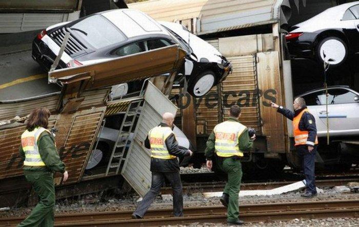 В Германии потерпел аварию поезд со 106 Porsche (7 фото)