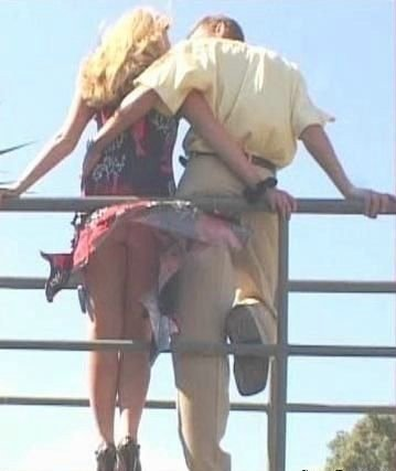 Поднимающиеся юбки (32 фото)