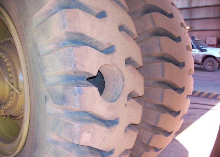 Пробили колесо у Белаза (3 фото)