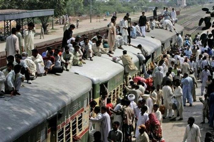 Как катаются на поездах в Пакистане (10 фото)