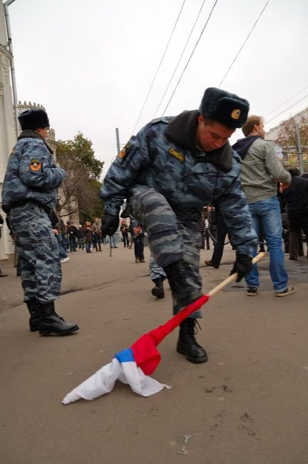 ОМОНовец хотел сломать флаг России (3 фото + видео)