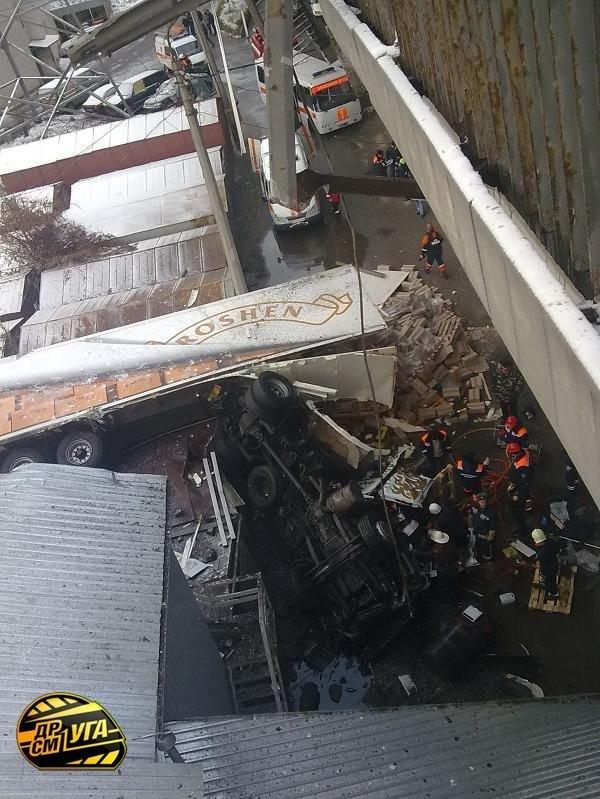 Фура упала с моста (20 фото)