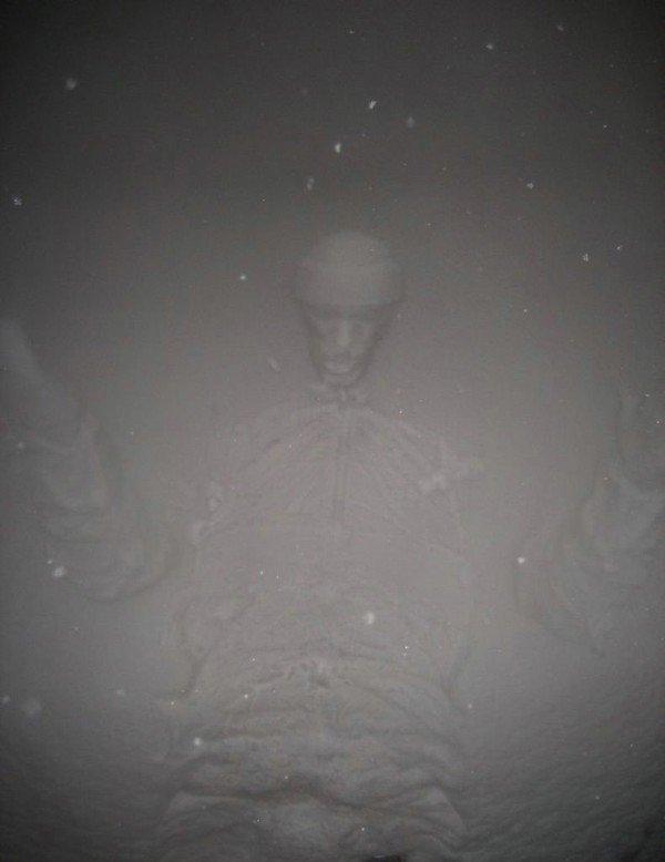 Отпечатки на снегу (12 фото)