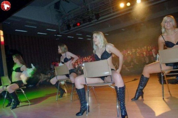 Шведские школьницы устроили стриптиз (40 фото)