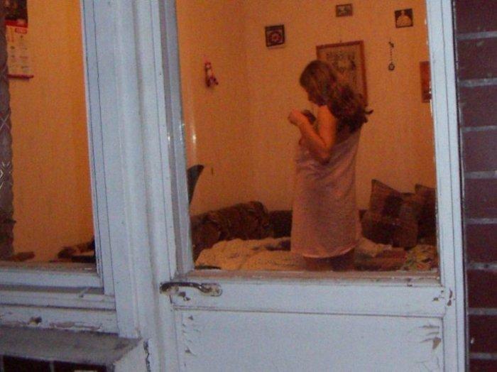 В доме напротив (13 фото)