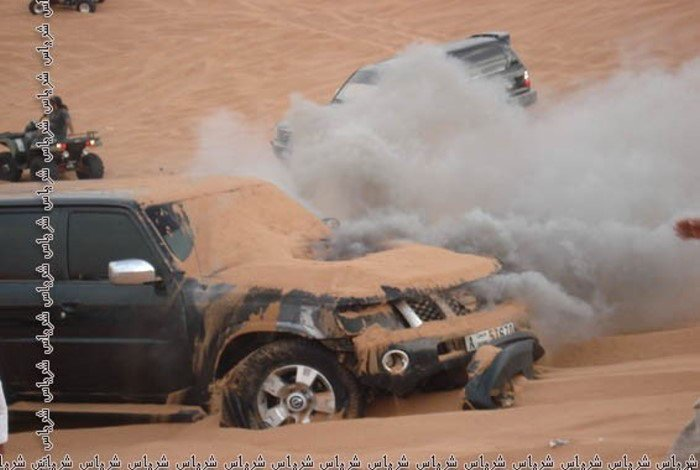 Джип сгорел по среди пустыни (16 фото)