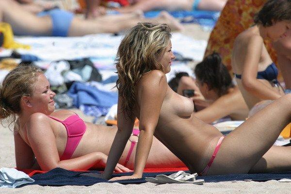 Подборка девушек топлесс на пляжах (20 фото)
