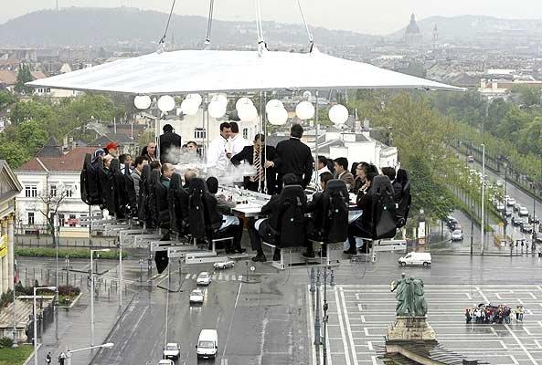 В Венгрии открылся висящий ресторан! (8 фото)