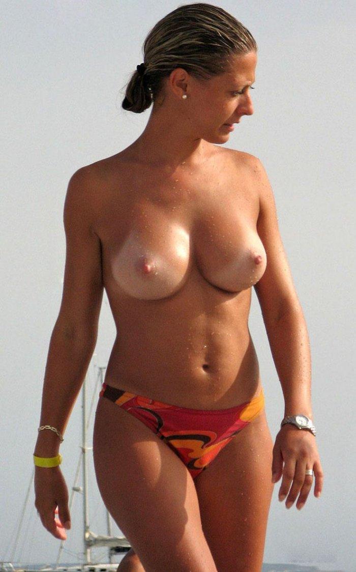 Пляжные девушки топлесс (19 фото)