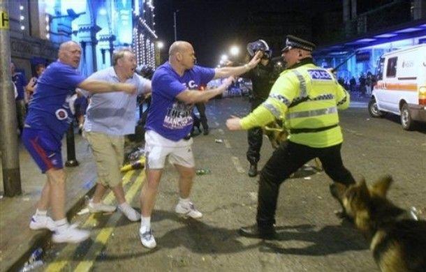 В Манчестере полиция не церемонится... (6 фото)