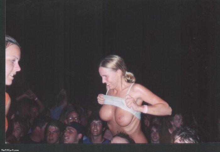 Девушки показывают грудь (28 фото)