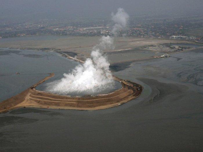 Разбудили грязевой вулкан (11 фото)