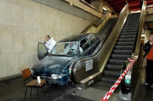 Как нельзя ездить в метро (3 фото)