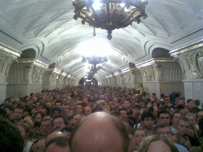 В московском метро сошел с рельсов поезд. Рассказ очевидца (16 фото)