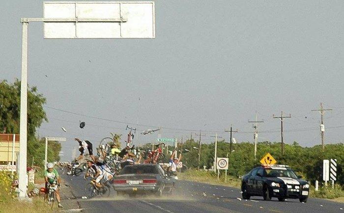 Пьяный му#ак врезался в толпу велосипедистов (2 фото)