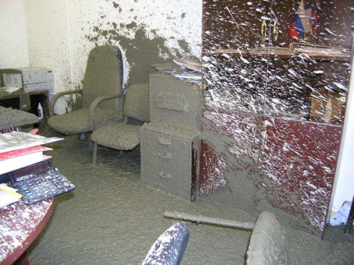 Бетономешалка вьехала в офис (19 фото)