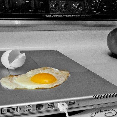 17 способов неправиль использовать ноутбук (17 фото)