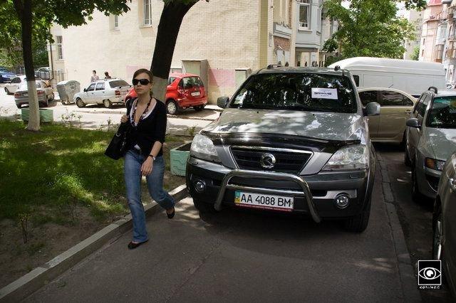 В Киеве взялись за любителей парковаться на тротуарах (3 фото)