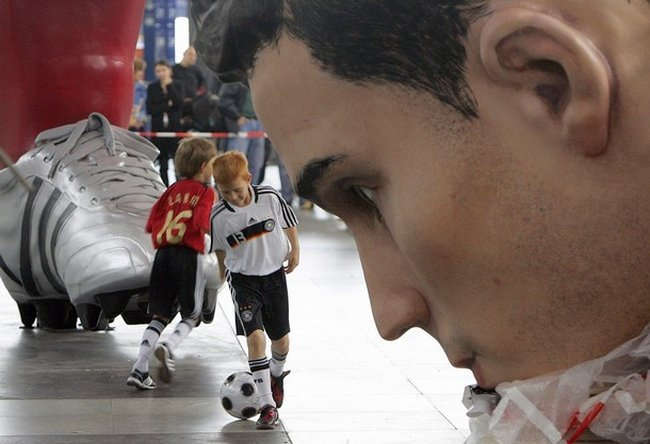 Гигантские футболисты (8 фото)