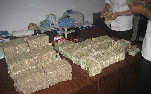 Как дают зарплату в азии (3 фото)