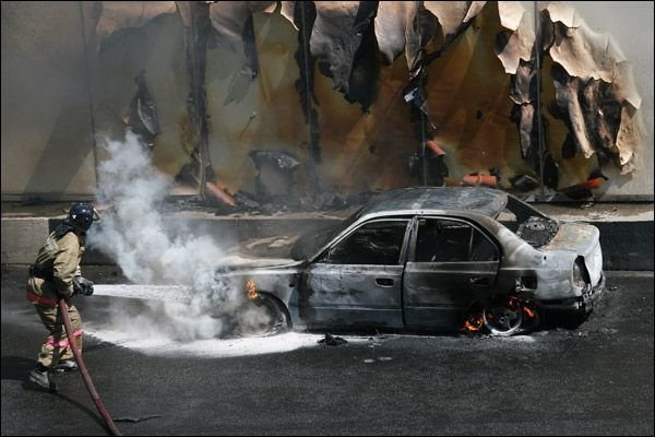 Человек сгорел заживо в своем авто на Садовом (13 фото)