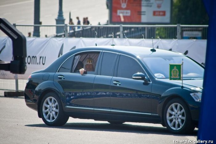 Угадайте кого возят на такой крутой машине? (3 фото)