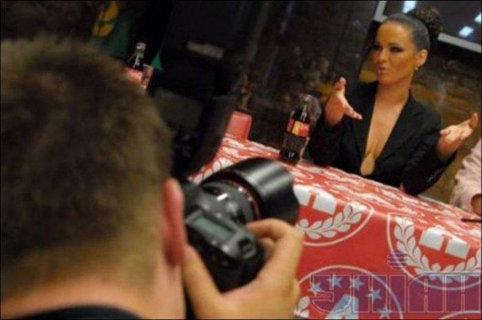 Украинская певица разделась прямо на пресс-конференции (11 фото)