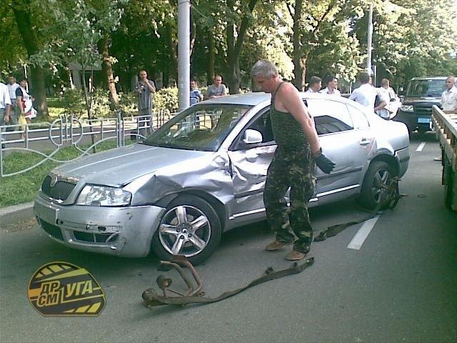В Киеве водятел сбил женщину на пешеходном (13 фото)