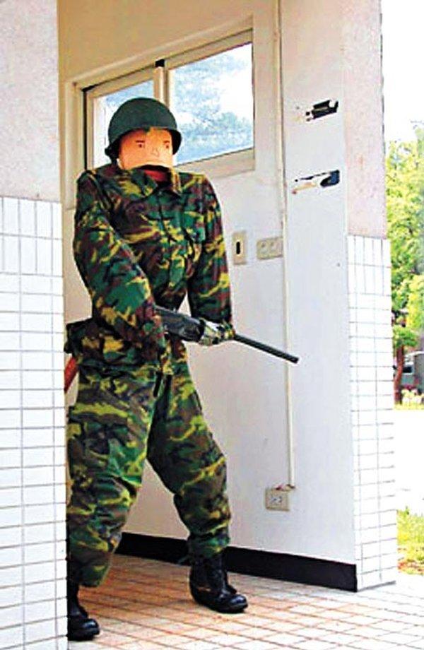 Суровая охрана военной базы! (3 фото)