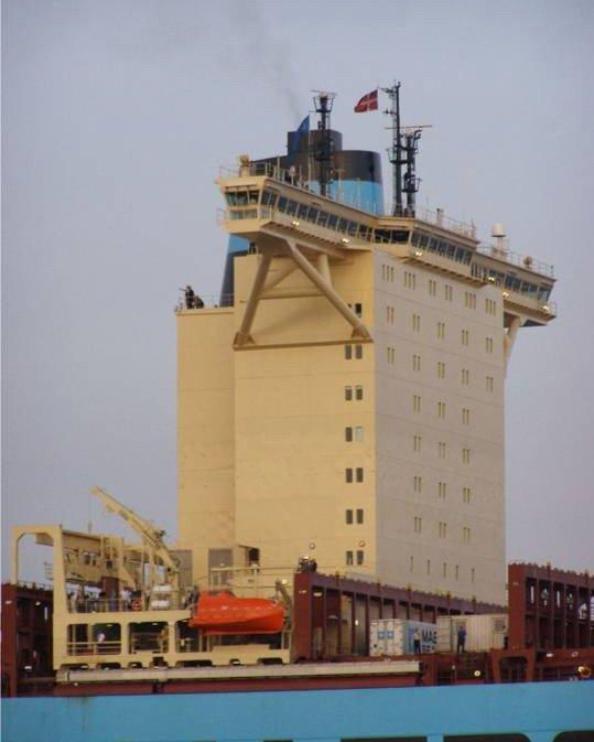 Огромный контейнеровоз (15 фото)