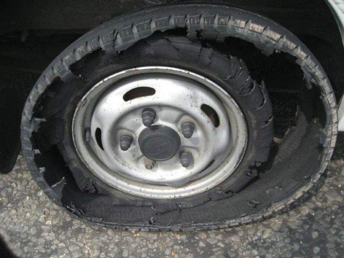 Что может случиться с колесом, если отвлечься от дороги (4 фото)