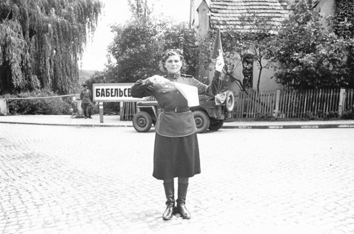 Девушки-регулировщицы на ВОВ (15 фото)