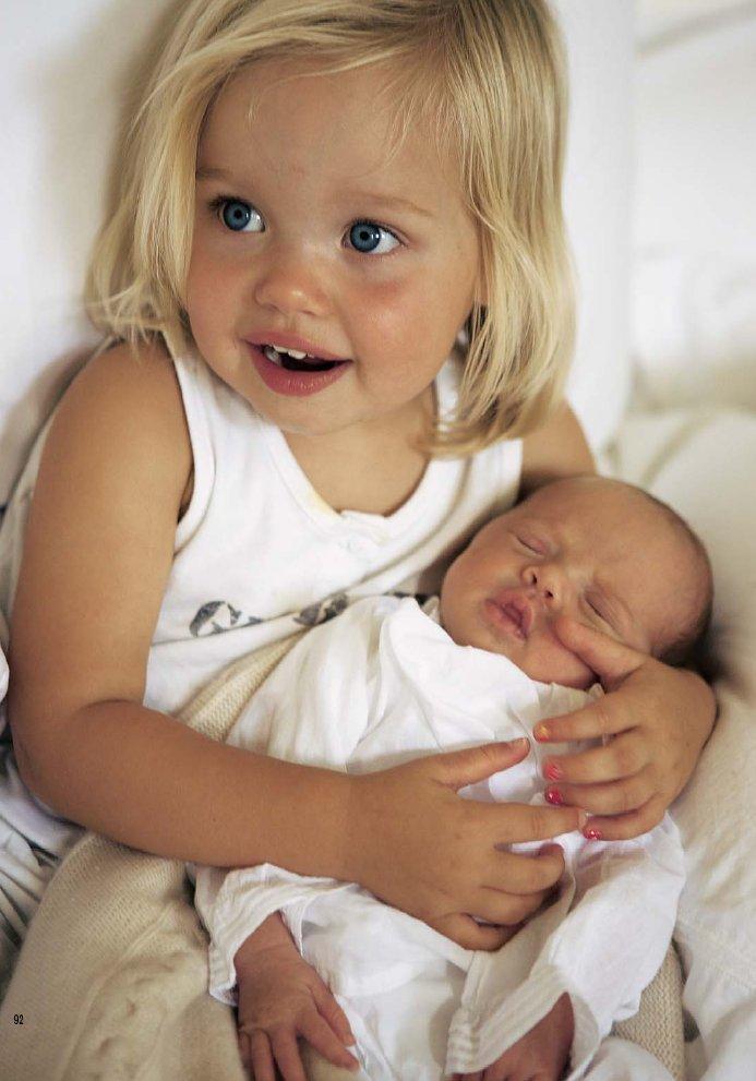 Первые снимки детей Анжелины и Брэда (9 фото)