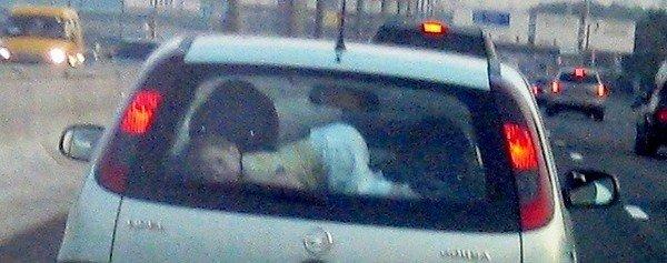 Как нельзя перевозить ребенка (4 фото)