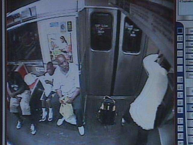 Жесть. Чела избили молотком в метро (14 фото + видео)