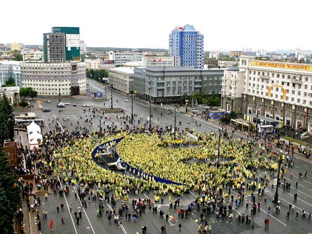 Огромный смайл в Челябинске (13 фото)