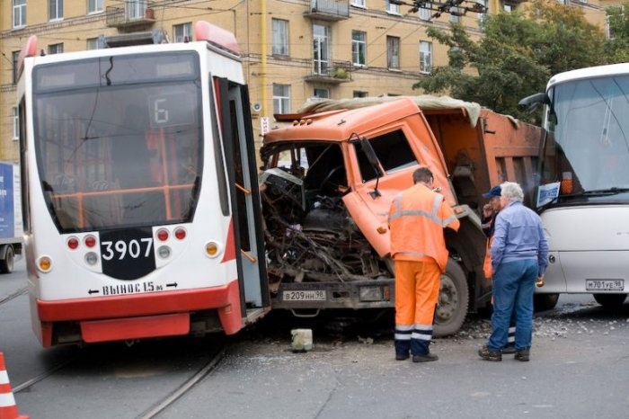 Камаз vs трамвай (2 фото)
